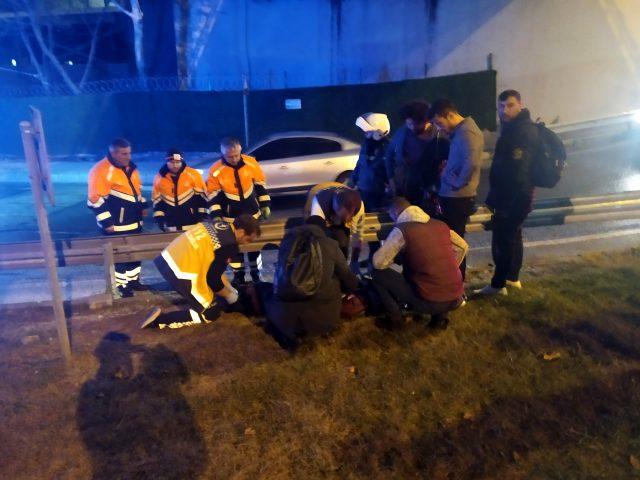 Kaza yapan motosikletlinin yardımına koşan 3 gence kamyon çarptı.