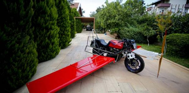 """""""Uçan motosiklet"""" hayaliyle motoruna kanat ve pervane taktı."""